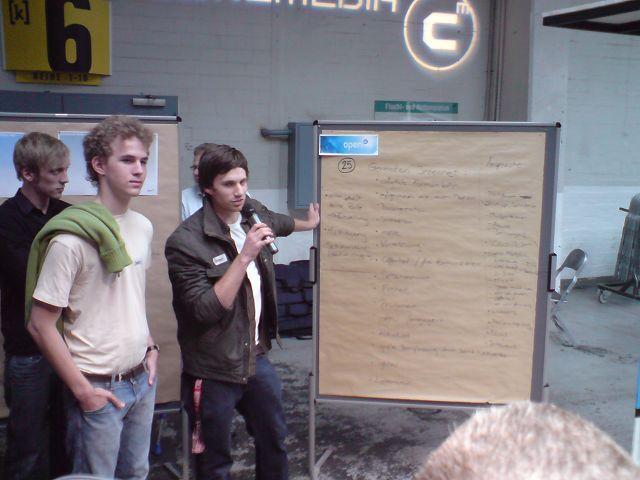 Simon präsentiert die Zwischenergebnisse der Digital Natives